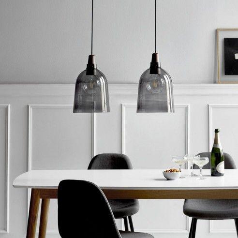 lampade a sospensione in vetro fumé sopra il tavolo da pranzo è un'idea audace e tagliente da provare