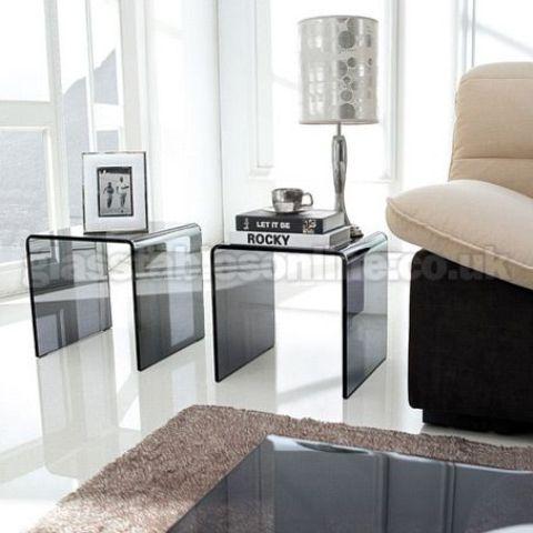 una coppia di tavolini in vetro fumé è un'idea audace per ogni salotto moderno