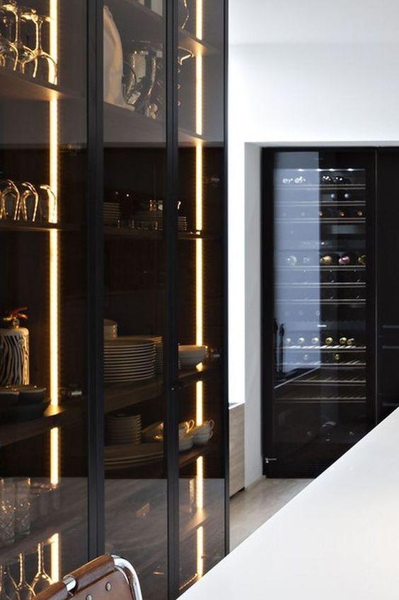 I mobili da cucina in vetro fumé illuminato sono ideali per spazi maschili o minimalisti e hanno un aspetto spigoloso