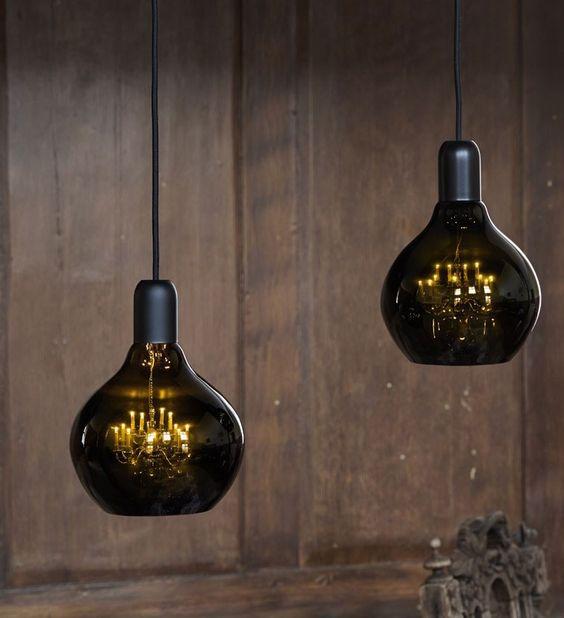 lampade a sospensione uniche in vetro fumé e con raffinati lampadari vintage all'interno saranno un antipasto di conversazione nel tuo spazio