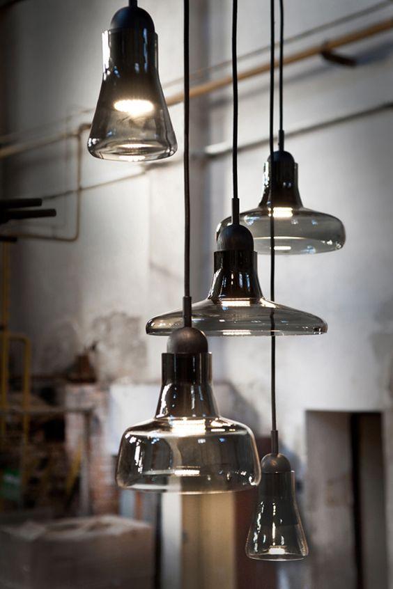 un tale gruppo di lampade a sospensione in vetro fumé darà un tocco spigoloso a qualsiasi spazio della tua casa
