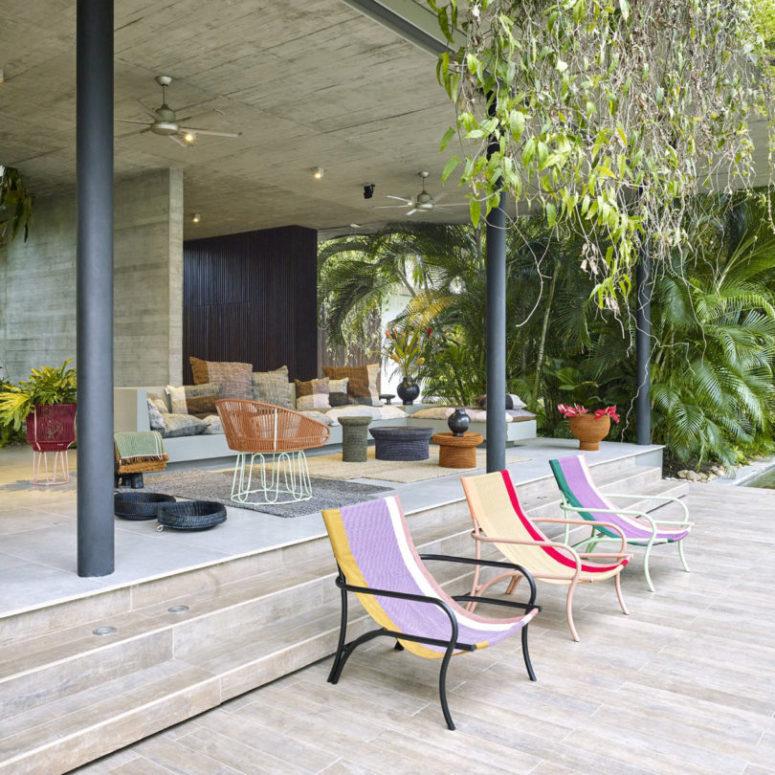 Queste sedie aggiungeranno sicuramente un tocco luminoso al tuo spazio esterno e attireranno l'attenzione