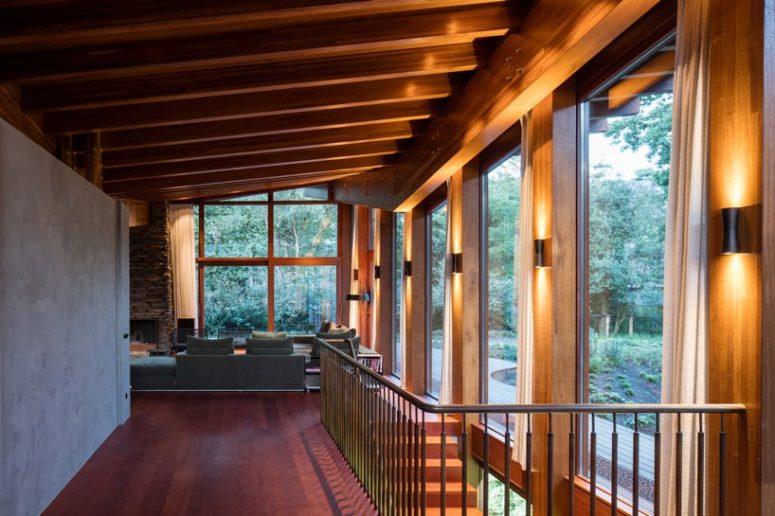 Le ampie vetrate ovunque consentono una vista straordinaria in ogni spazio della casa