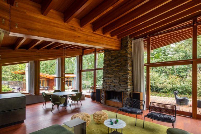 L'arredamento interno è realizzato con gli stessi tipi di legno dell'esterno, ci sono pietre naturali e tocchi moderni della metà del secolo