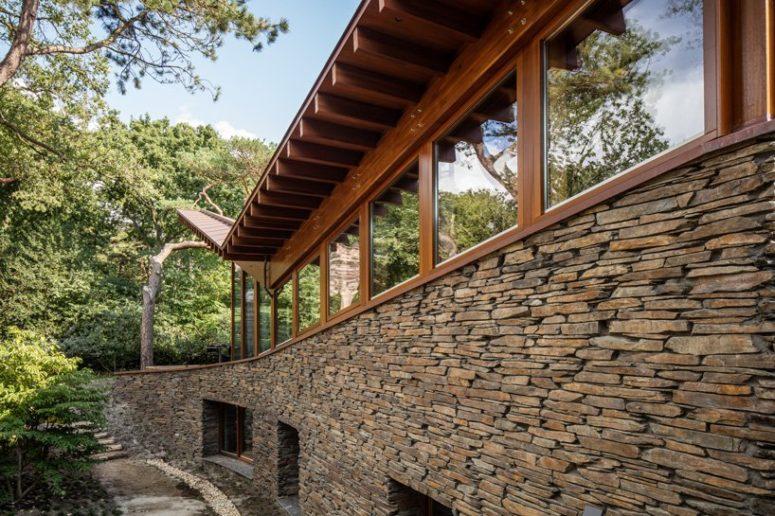 L'elevato isolamento ottenuto utilizzando tripli vetri, pareti altamente isolate e un tetto verde che assorbe l'acqua sono incorporati nella struttura della casa