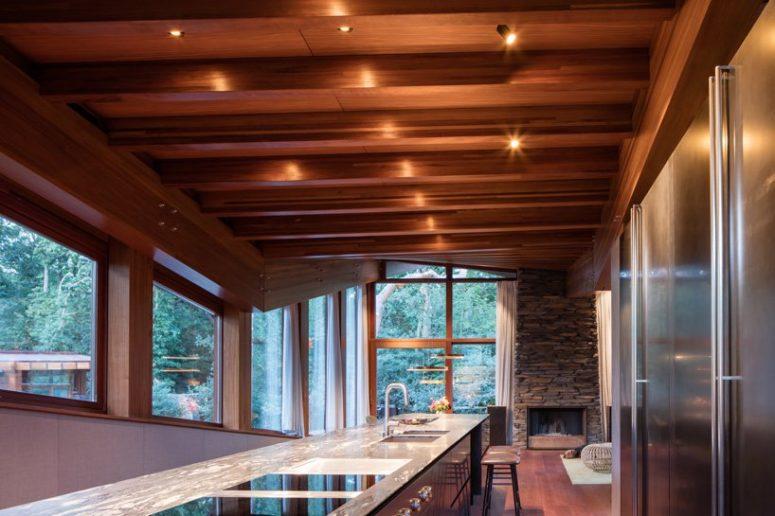 L'utilizzo di materiali naturali e molta luce rende gli spazi rilassanti e confortevoli