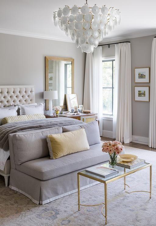 un mini divano imbottito ai piedi del letto è un'idea interessante per riporre i vestiti e sedersi qui prima e dopo il sonno
