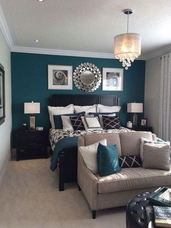 un comodo divano ai piedi del letto può essere utilizzato per riporre i vestiti o per sedersi al mattino