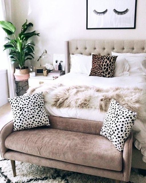 aggiungi consistenza e interesse allo spazio posizionando una panca di velluto color cioccolato ai piedi del letto