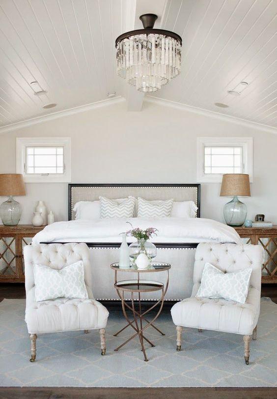 un duo di eleganti sedie trapuntate ai piedi del letto è un'opzione elegante e comoda per dondolare in una camera da letto