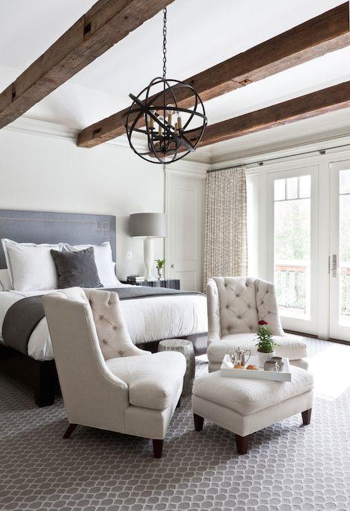 un paio di sedie imbottite e un pouf ai piedi del letto è un'idea semplice
