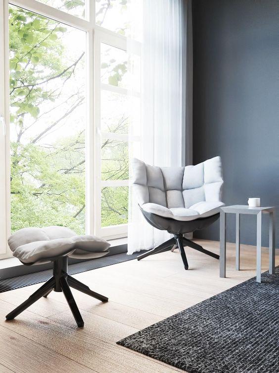un angolo di seduta vicino alla finestra è un'ottima idea per rilassarsi, leggere, prendere un caffè e così via
