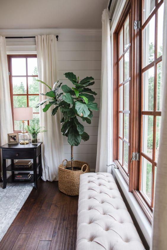 una panca trapuntata cremosa è un'idea chic da posizionare vicino alla finestra nella tua camera da letto