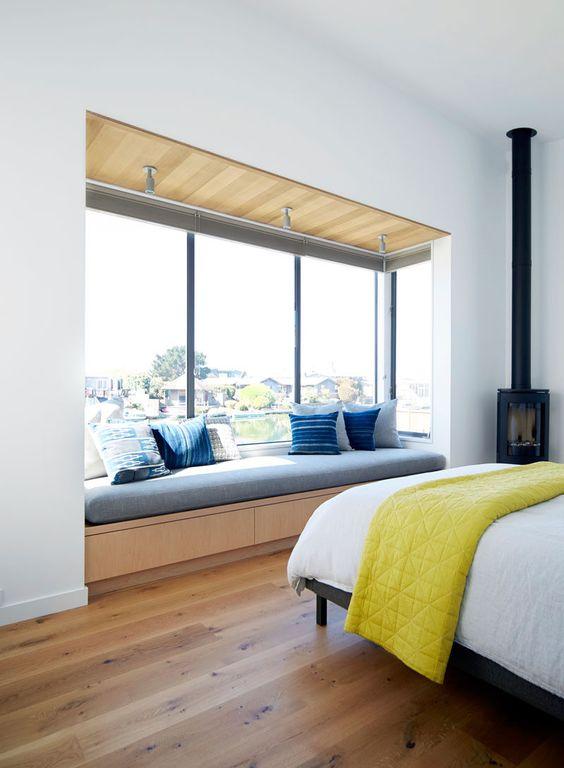 un posto a sedere vicino alla finestra è una bella idea per risparmiare spazio e allo stesso tempo ottenere uno spazio per sedersi