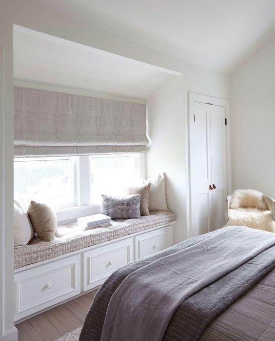 un davanzale imbottito con portaoggetti è un'idea elegante per una camera da letto che non ha molto spazio