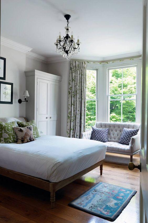 anche se la tua camera da letto è piccola, puoi comunque posizionare un piccolo divanetto alla finestra