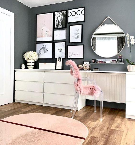 una sedia acrilica ricoperta di pelliccia rosa è una bella idea per incorporare un pezzo di seduta nella tua camera da letto dandogli una funzione