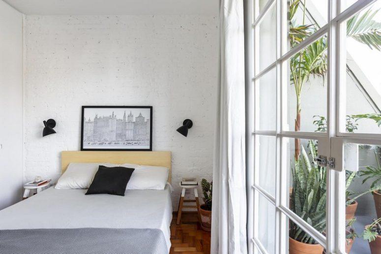 C'è un ingresso su una terrazza esterna, che riempie di luce la camera da letto