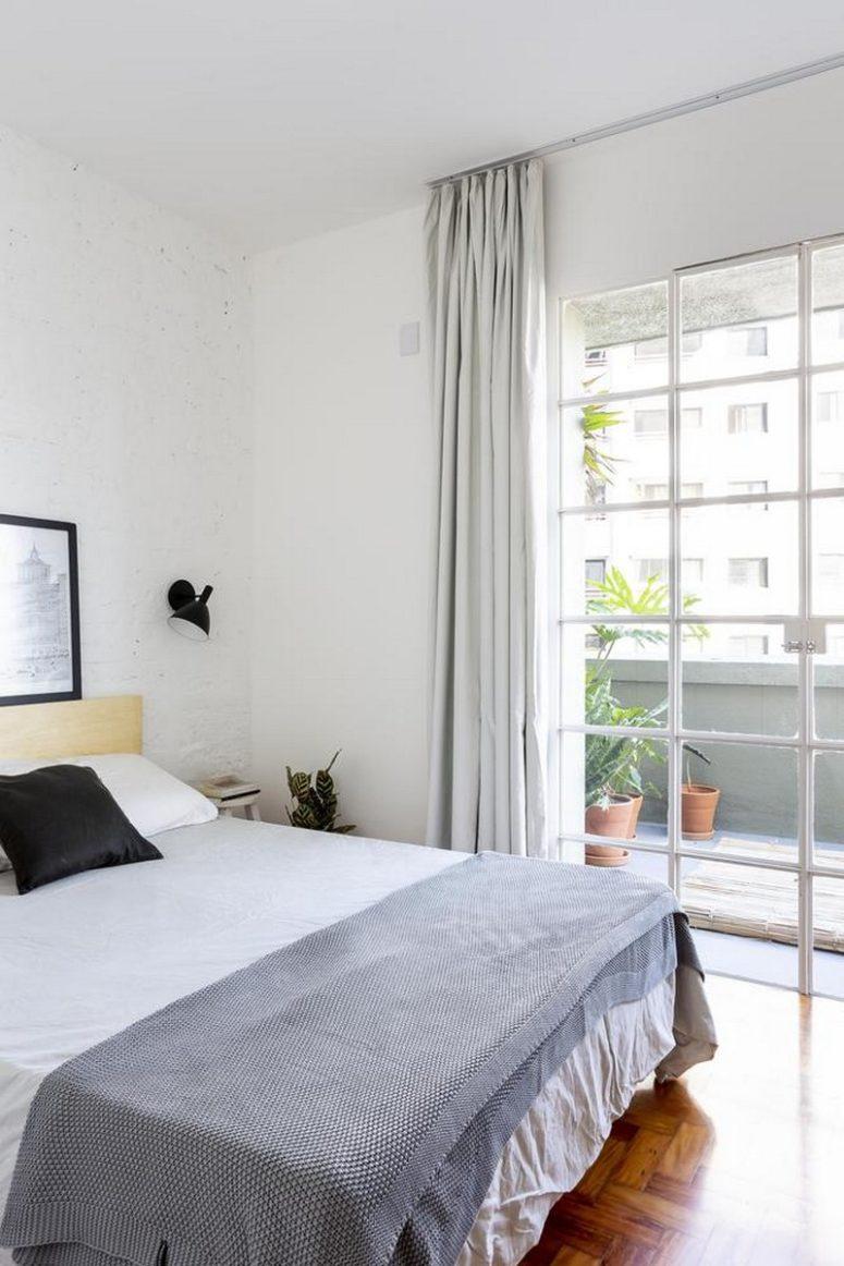 La camera da letto è tutta neutra, le pareti di mattoni imbiancate creano una base fresca e i tessuti aggiungono una consistenza