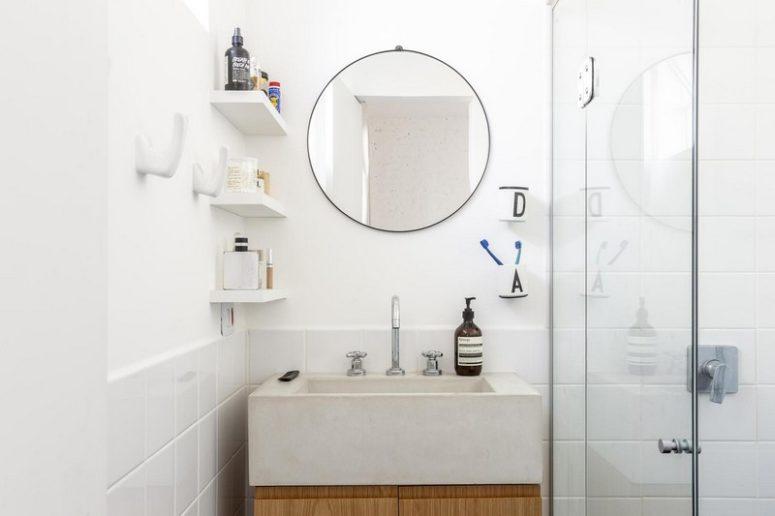 Anche il bagno è neutro, con un lavandino in cemento bianco, è molto compatto e comodo
