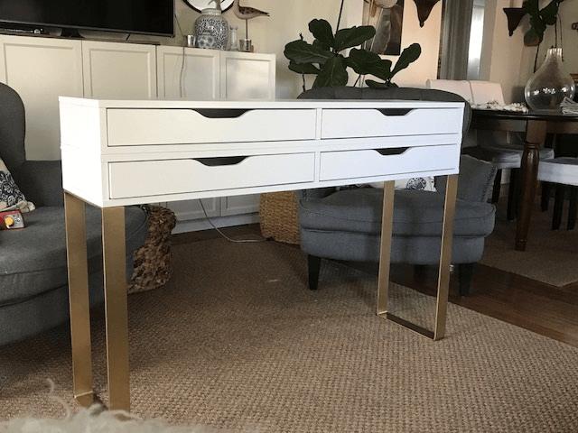 un moderno tavolo da trucco composto da due contenitori Ekby Alex e gambe dorate chic con un tocco geometrico