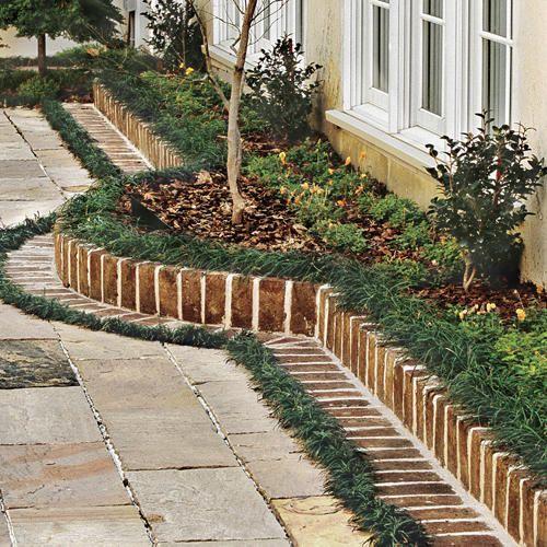 un bordo in mattoni è un'idea senza tempo da usare in qualsiasi giardino, anche se è un po 'formale, è bello