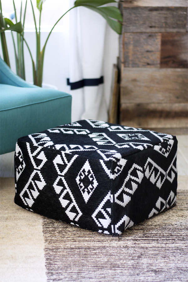 un poggiapiedi IKEA trasformato in un comodo pouf boho folksy in bianco e nero con motivi accattivanti