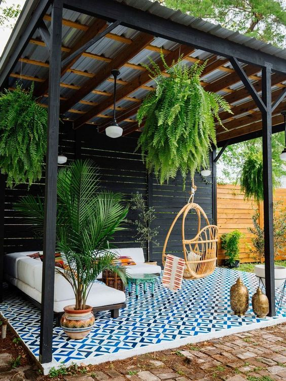mattoni in tutto il patio e tessere di mosaico blu nella zona lounge sottolineano lo spazio