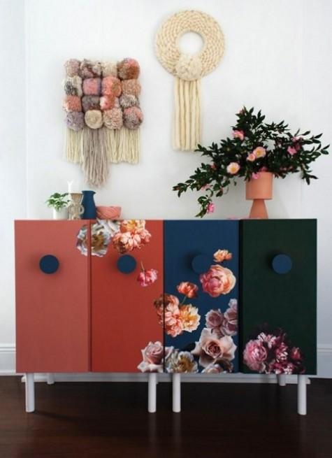 un trucco Ivar molto audace con colori e adesivi floreali realistici più grandi manici rotondi blu scuro stupisce