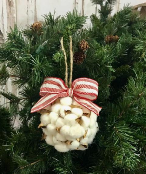 un grazioso e soffice ornamento natalizio di cotone e un fiocco a strisce rosse e bianche sembra molto soffice e molto bello
