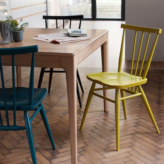 Rendi le tue sedie semplici accattivanti usando vernici diverse per creare uno spazio da pranzo audace