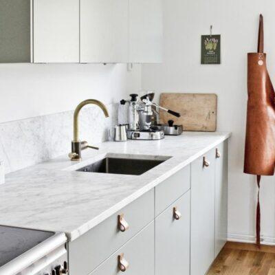 le maniglie in pelle aggiungeranno un tocco tagliente alla tua cucina dandole un tocco moderno allo stesso tempo