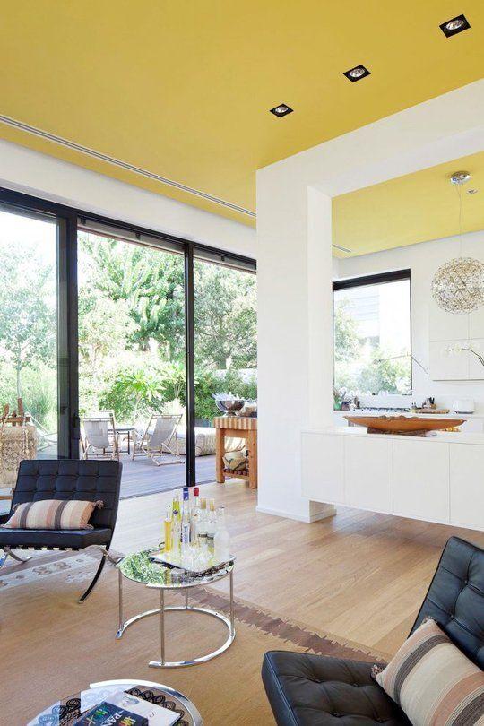 un inaspettato soffitto giallo sole crea una sensazione di sole in casa ogni volta che la guardi