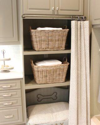 una lavanderia con armadietti e una cuccia incorporata per il tuo animale domestico per rilassarsi mentre fai le cose