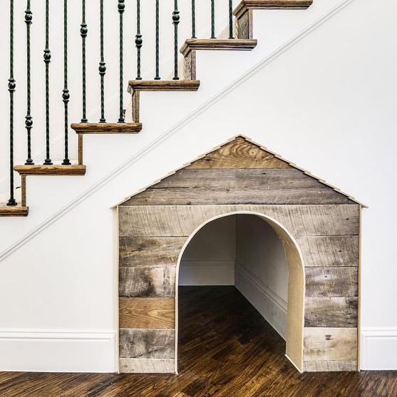Costruisci una cuccia per cani sotto le scale per dargli uno spazio personale mentre sei intorno a te allo stesso tempo