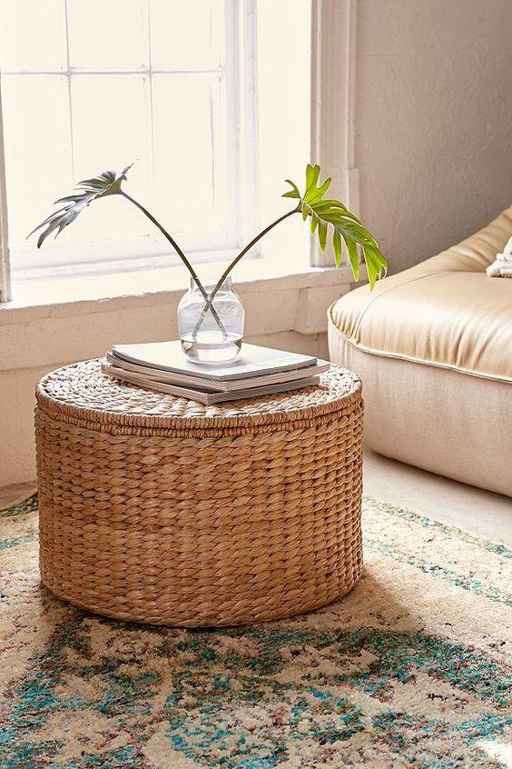 un tavolino e un pouf in vimini hanno uno spazio di archiviazione all'interno ed è perfetto per molti soggiorni