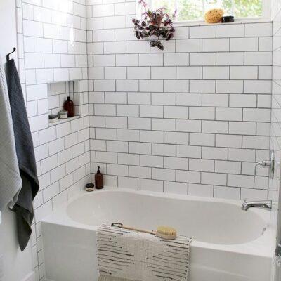 piastrelle bianche - quelle della metropolitana sui muri e piastrelle esagonali sul pavimento per un aspetto rilassante e calmante