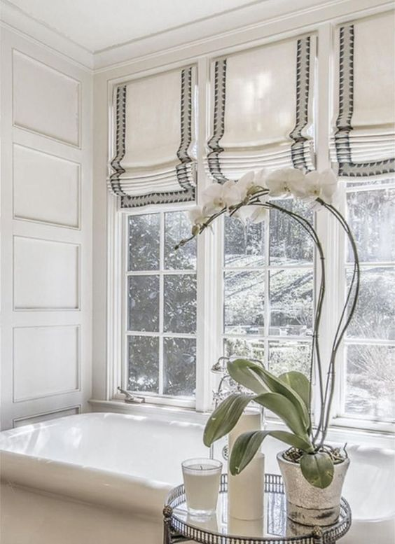 Le tonalità romane a strisce sono un'idea chic per un bagno moderno, lo fanno sentire più accogliente e puoi mantenere la privacy in qualsiasi momento