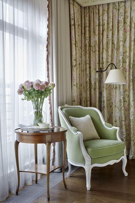 tende lussuose e chic come queste si aggiungono all'arredamento del soggiorno e lo rendono più raffinato