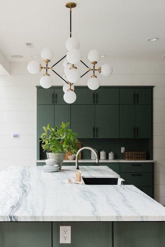 un lampadario a bolle moderno della metà del secolo è un'idea interessante per aggiungere un'eleganza senza tempo e molta luce alla cucina