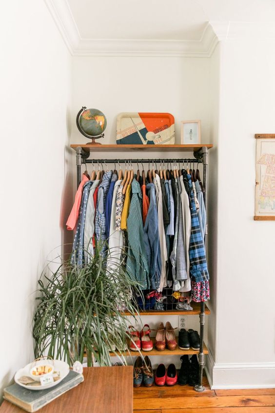 usa un angolo scomodo per creare un armadio aperto per vestiti e scarpe con ripiani