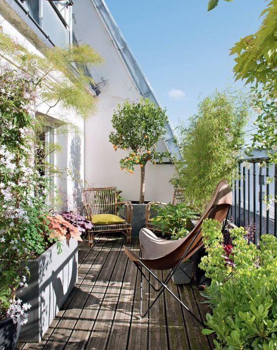 una terrazza luminosa e accogliente con sedie in rattan e vimini con tappezzeria luminosa, piante in vaso e fiori