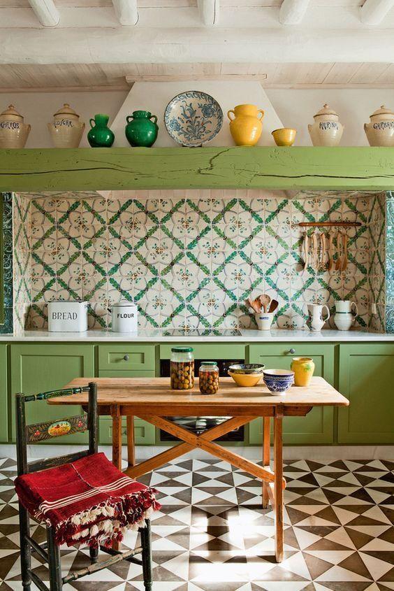 una luminosa cucina vintage boho con armadi verdi e una trave, un backsplash di piastrelle colorate e un pavimento a mosaico luminoso