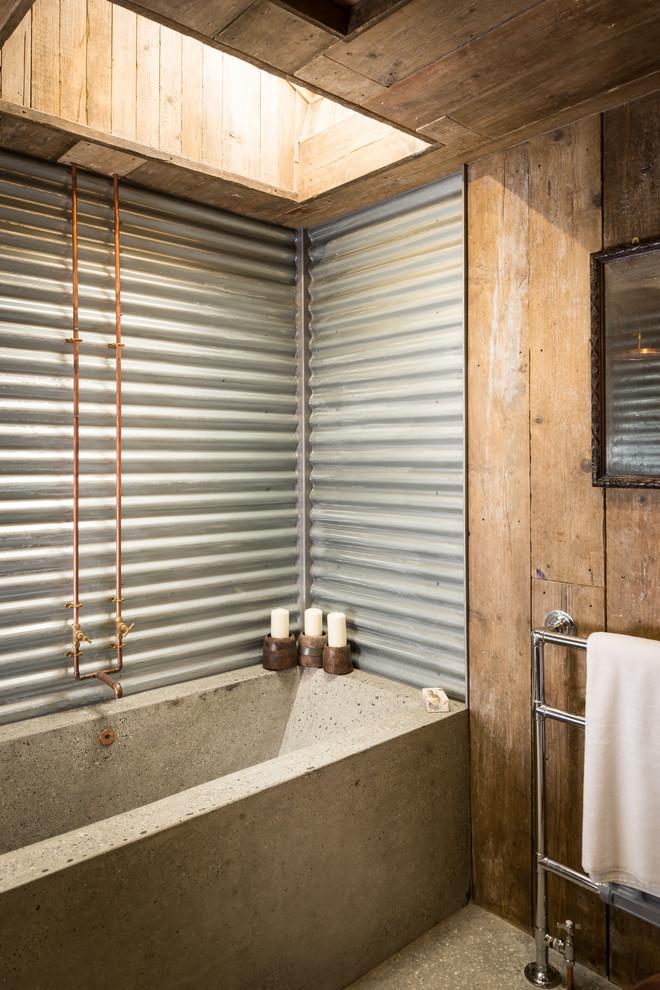 un bagno industriale incontra il rustico con cemento, acciaio ondulato e legno (Unique Home Stays)