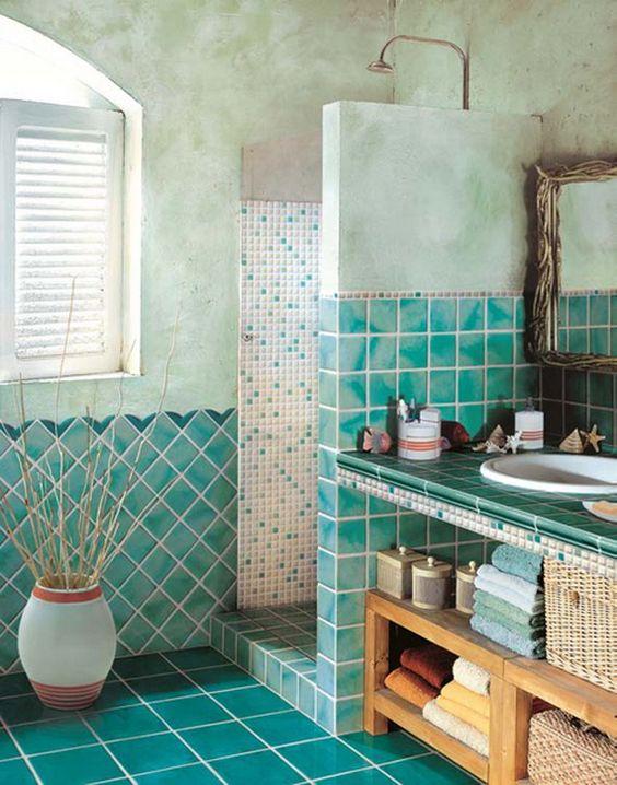 piastrelle turchesi, cestini e un lavabo in legno creano un look da bagno da spiaggia alla moda