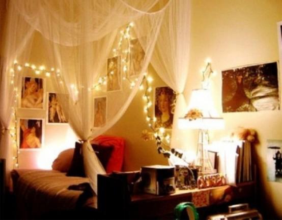 tende trasparenti e luci sopra il letto per un ambiente romantico