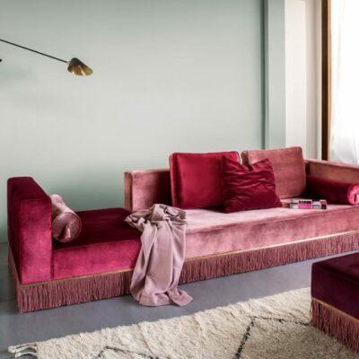 Il soggiorno è arredato con adorabili mobili in velluto dai toni gioiello con frange