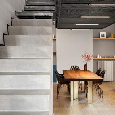Anche la scala è in cemento e collega i due livelli dell'appartamento