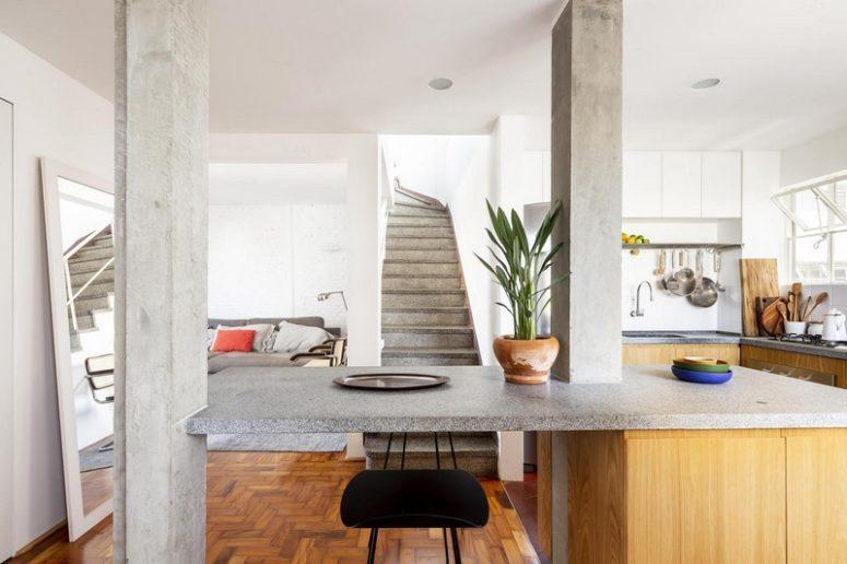 La casa è stata ristrutturata in stile contemporaneo aggiungendo tocchi industriali qua e là - cemento, metallo, mattoni e altri