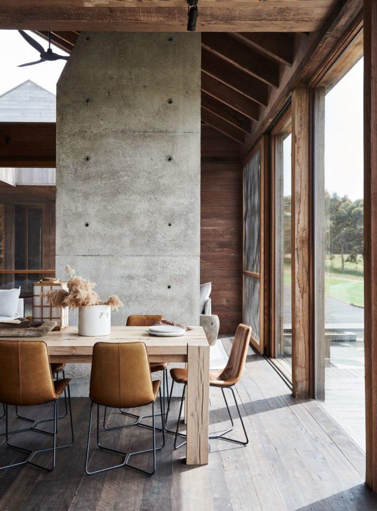 C'è molto legno naturale in varie macchie nell'arredamento ed è completato con cemento e pelle per un look ultra moderno